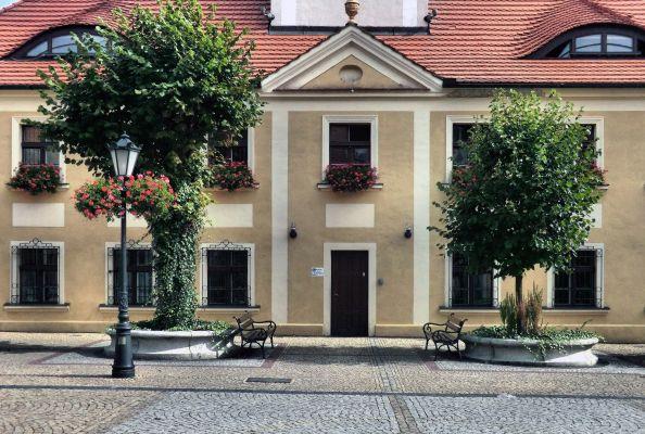 Polkowice - Ratusz -wejście do starej części ratusza (zetem)