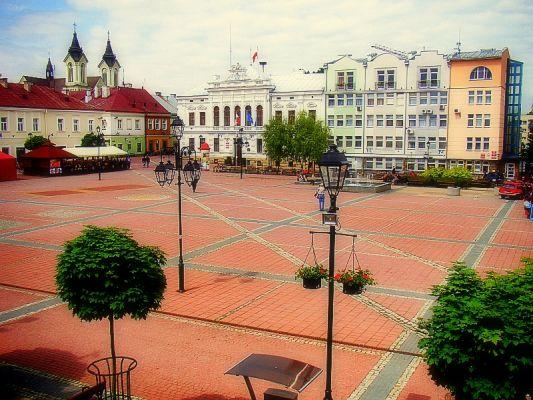 03 Marktplatz und dasNeue Rathaus inSanok Westseite Gebäude auf dem Marktplatz -Ecke Grodkastraße in Sanok