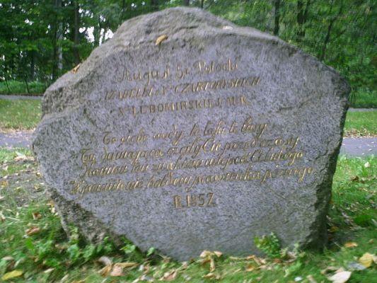Kamien Izabeli w pobliżu sarkofagu Potockiego