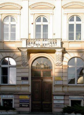 OPOLE budynek dawnego Starostwa na ul Krakowskiej 53- wejście gł. sienio
