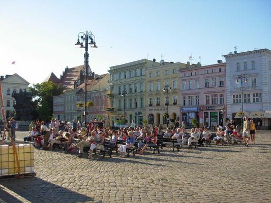 Bydgoszcz Stary Rynek pierzeja płn ludzie