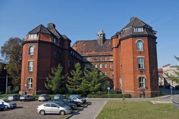 Budynek Polikliniki w zespole zabudowy Państwowego Szpitala Klinicznego nr 1 w Zabrzu