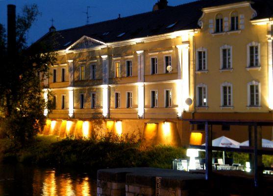 Opole-dawny szpital św. Aleksego,widok od strony kanału nocą. sienio