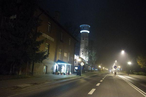 """Dom wypoczynkowy """"Rogacz"""" oraz wieża wodociągowa w Spale (nocą) (2)"""
