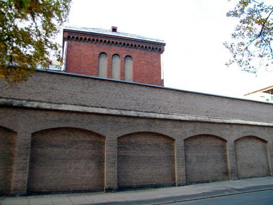 OPOLE więzienie-za murem fragment bud penitencjarnego. sienio