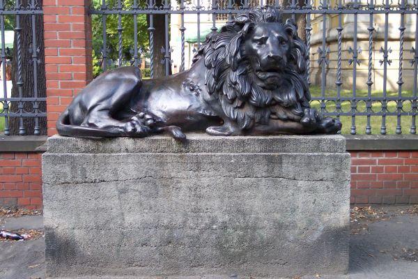 Lew przed Willą Caro w Gliwicach