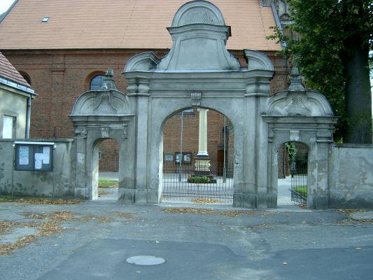 Kościół w Święciechowie - brama na plac kościelny