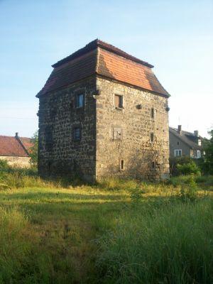 Rakowice Wielkie – wieża mieszkalna, pozostałość po folwarku miejskim