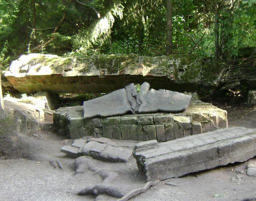 Gierłoż. Wilczy Szaniec. Ruiny baraku narad i tablica poświęcona hrabiemu Stauffenbergowi, miejsce zamachu na Hitlera