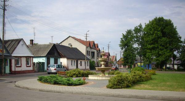 Piszczac. Fontanna na centralnym placu wsi