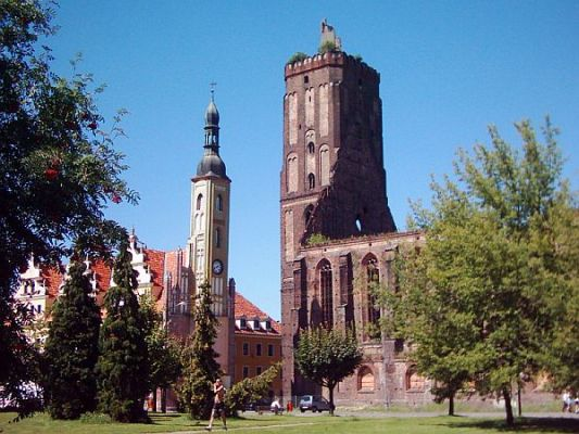 Ruiny kościoła farnego i ratusz miejski w Gubinie
