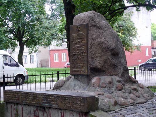 Pomnik na miejscu dawnej synagogi na Nowym Rynku w Kole