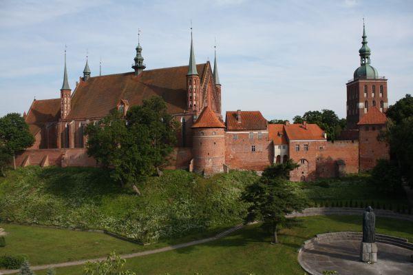 Wzgórze Katedralne we Fromborku, z katedrą i wieża Radziejowskiego