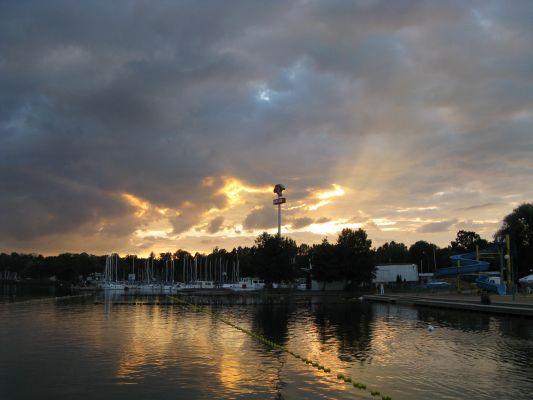 Port żeglarski nad Jeziorem Niegocin w Giżycku  po zachodzie słońca