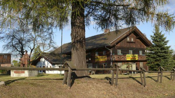 Jeden z Domów Tyrolskich w Mysłakowicach,obecnie restauracja i muzeum z pomnikiem Tyrolczyków