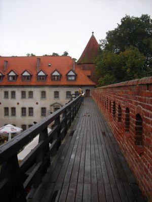 Zamek krzyżacki w Bytowie - krużganki - widok na skrzydło hotelowe