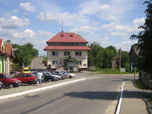 Centrum Niegowy, Polska - spojrzenie z południa; gmach Urzędu Gminy (na przeciw)