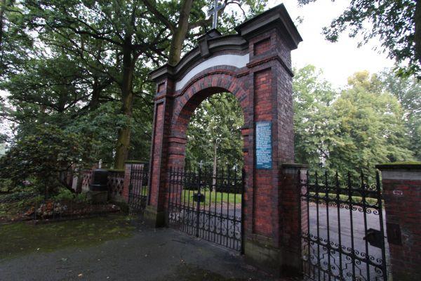 Pszczyna - Cmentarz ewangelicki - brama od wewnątrz