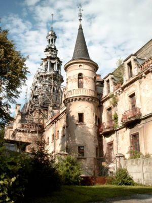 Dwie wieże pałacu w Krowiarkach