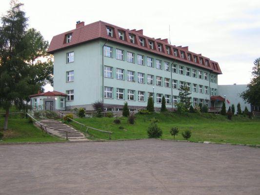 Gmach szkoły w Niegowie