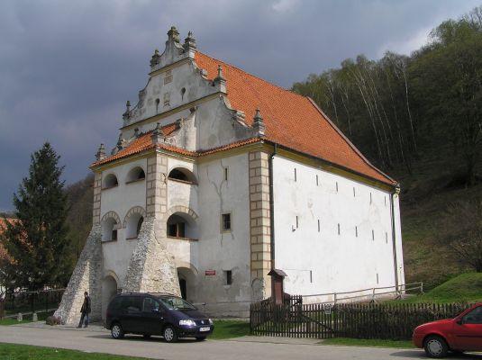 Kazimierz Dolny-Spichlerz.jpg  Spichlerz w Kazimierzu Dolnym z XVI wieku. Obecnie siedziba Muzeum Przyrodniczego.