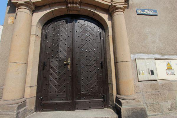Kościół ewangelicki w Pszczynie - wejście od Basztowej
