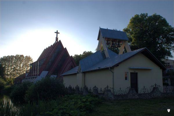 Kościół parafialny św. Stanisława Biskupa i dzwonnica w Leźnie