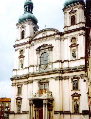 Kościół pojezuicki w Nysie – fasada od strony Rynku Solnego