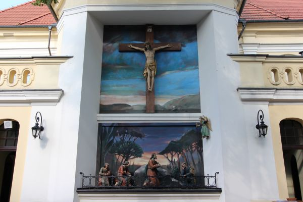 Pszczyna, kościół Wszystkich Świętych, rzeźby i obrazy z tyłu kościóła