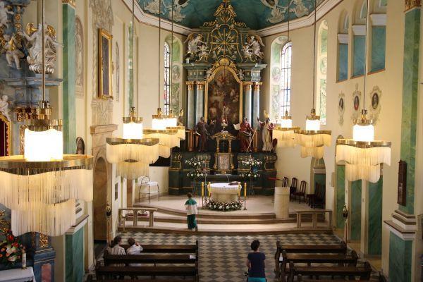 Pszczyna, kościół Wszystkich Świętych, widok na  ołtarz