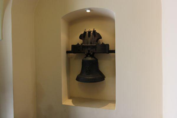 Pszczyna, kościół Wszystkich Świętych, dzwon przy wejściu