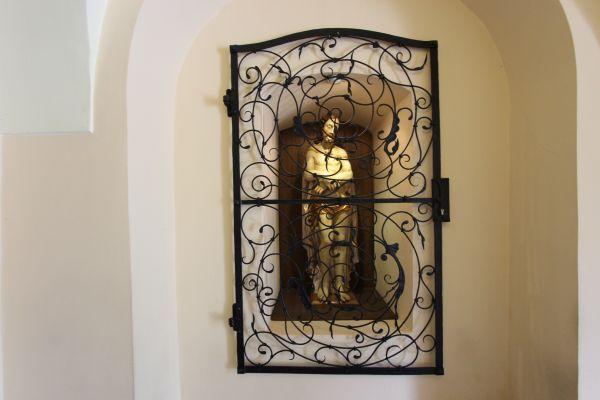 Pszczyna, kościół Wszystkich Świętych, figura przy wejściu