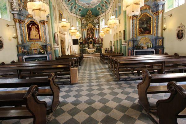 Pszczyna, kościół Wszystkich Świętych, widok na ołtarz główny