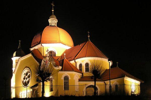 Nekielski kościół nocą
