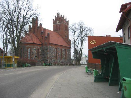Osiek - centrum wsi z kościołem parafialnym