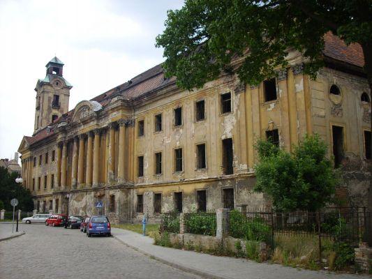 Pałac Promnitzów oraz wieża zamku Dewinów-Bibersteinów w Żarach