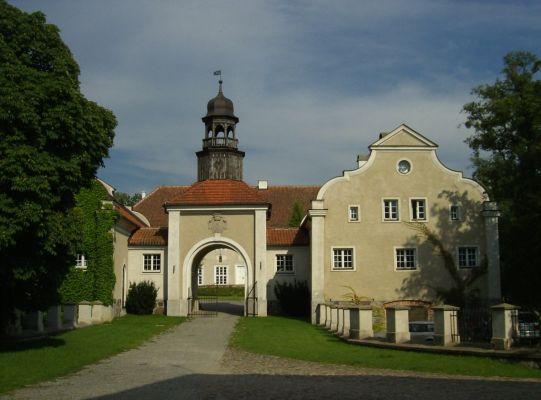 Pałac w Galinach, skrzydło zachodnie z bramą