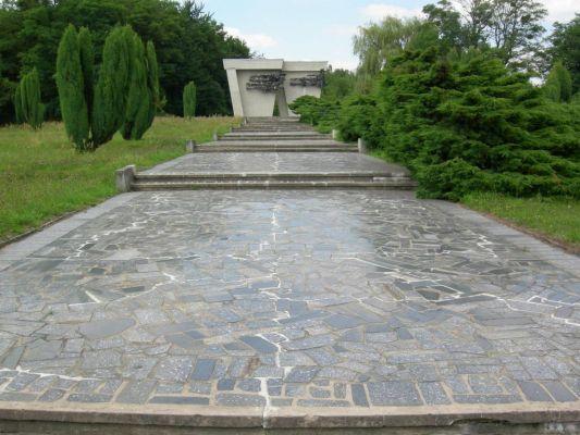 Pomnik Martyrologi Jeńców Wojennych w Łambinowicach