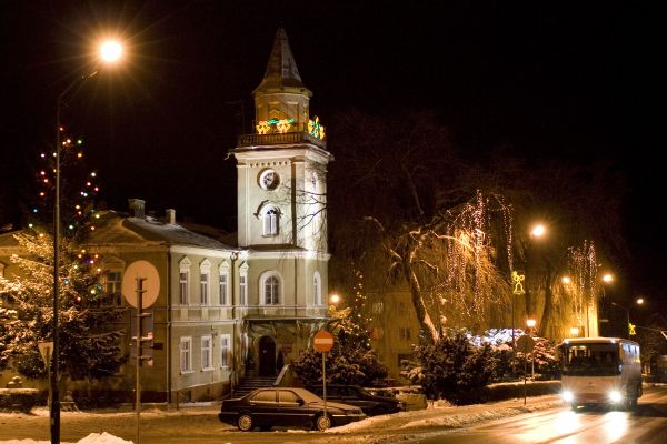 Ratusz w Brzozowie nocą