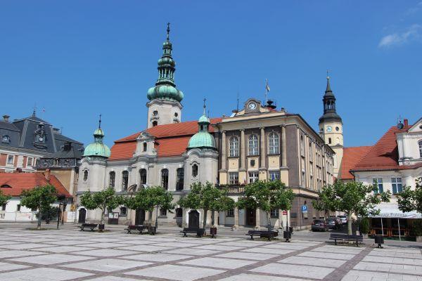 Kościół ewangelicki i ratusz w Pszczynie, widok od Rynku