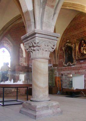Romańska kolumna podpierająca sklepienie kapitularza w Sulejowie