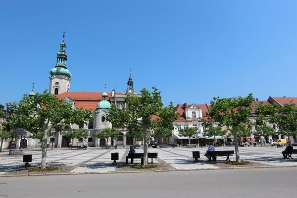 Rynek w Pszczynie - ratusz, kościół ewangelicki  i Frykówka