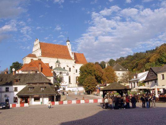 Rynek z kościołem farnym w Kazimierzu Dolnym