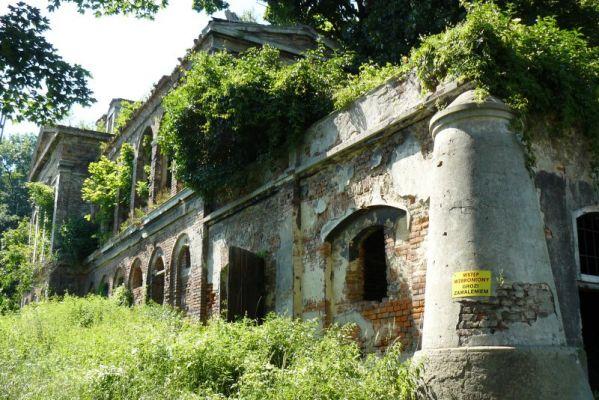 Sławików: ruiny pałacu z 1865 roku