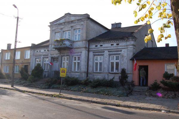 Stara zabytkowa kamienica w centrum Służewa
