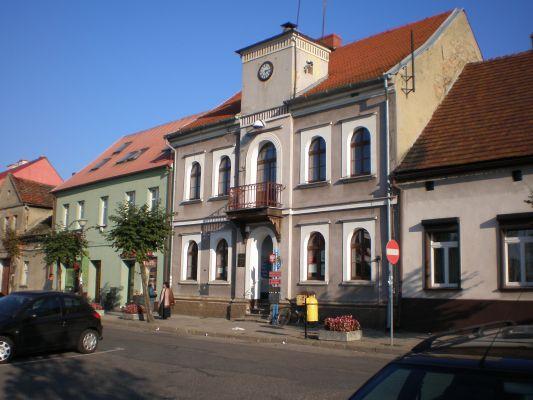 Stary rynek – wejście do biblioteki i Izby Regionalnej w Murowanej Goślinie