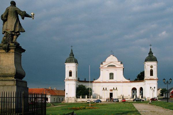 Tykocin, rynek, kościół Św. Trójcy i pomnik Czarneckiego