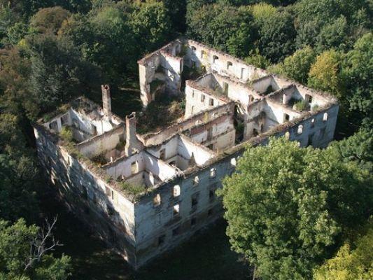Widok ruin chrzelickiego zamku z lotu ptaka