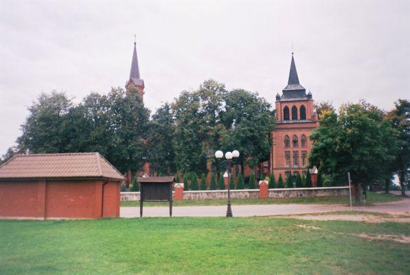 Widok z boku na kościół parafialny w Miedznej