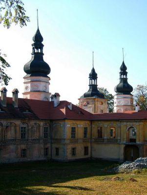 Wieże zamku w Żyrowej jesienią